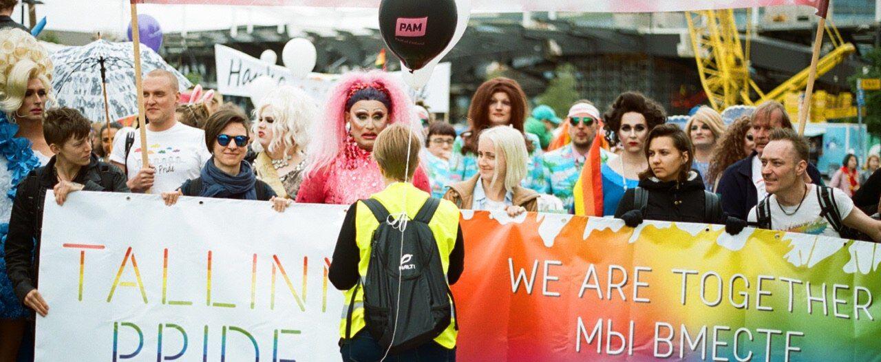 Tallinn Pride -tiimi. Eturivissä vasemmalta oikealle: Sarah Raud, Kristiina Raud (sen jälkeen pinkki kaunotar, joka ei ole tiimin jäsen), Laura Vilbik, Margo Fray, Madis Kuusik. Kuva: Ester Sall.